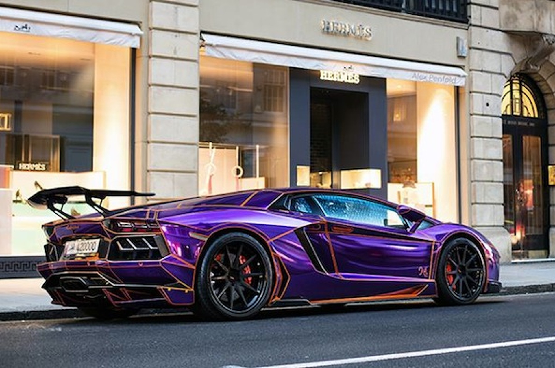'Glow in the Dark' Lamborghini Back on the Street