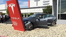 Tesla Model S seriously damaged even before leaving dealership