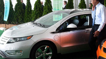 Obama tries out Chevrolet Volt