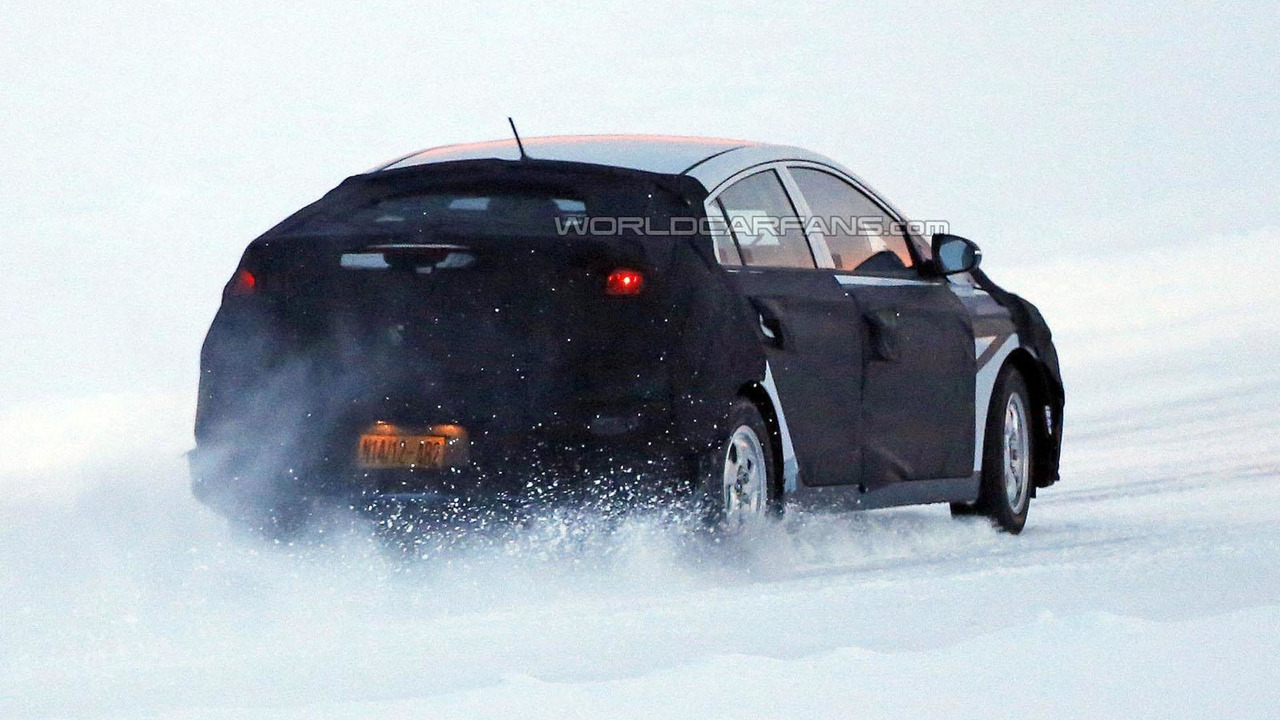 2016 Hyundai Prius competitor spy photo