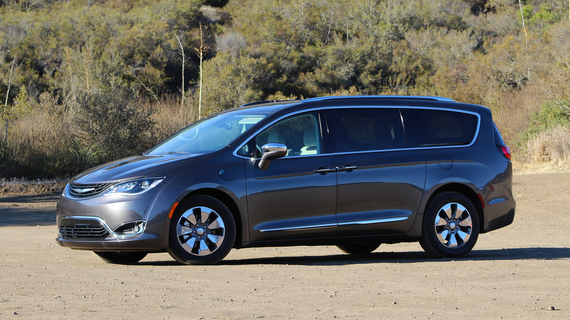 2017 Chrysler Pacifica Hybrid First Drive: Electrify the whole famn damily
