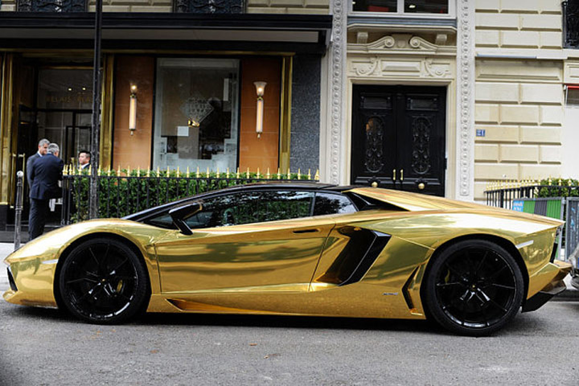 $6.3 Million Lamborghini Aventador Rolls up in Paris