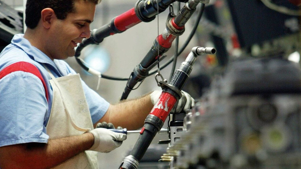 Peugeot employee builds engine