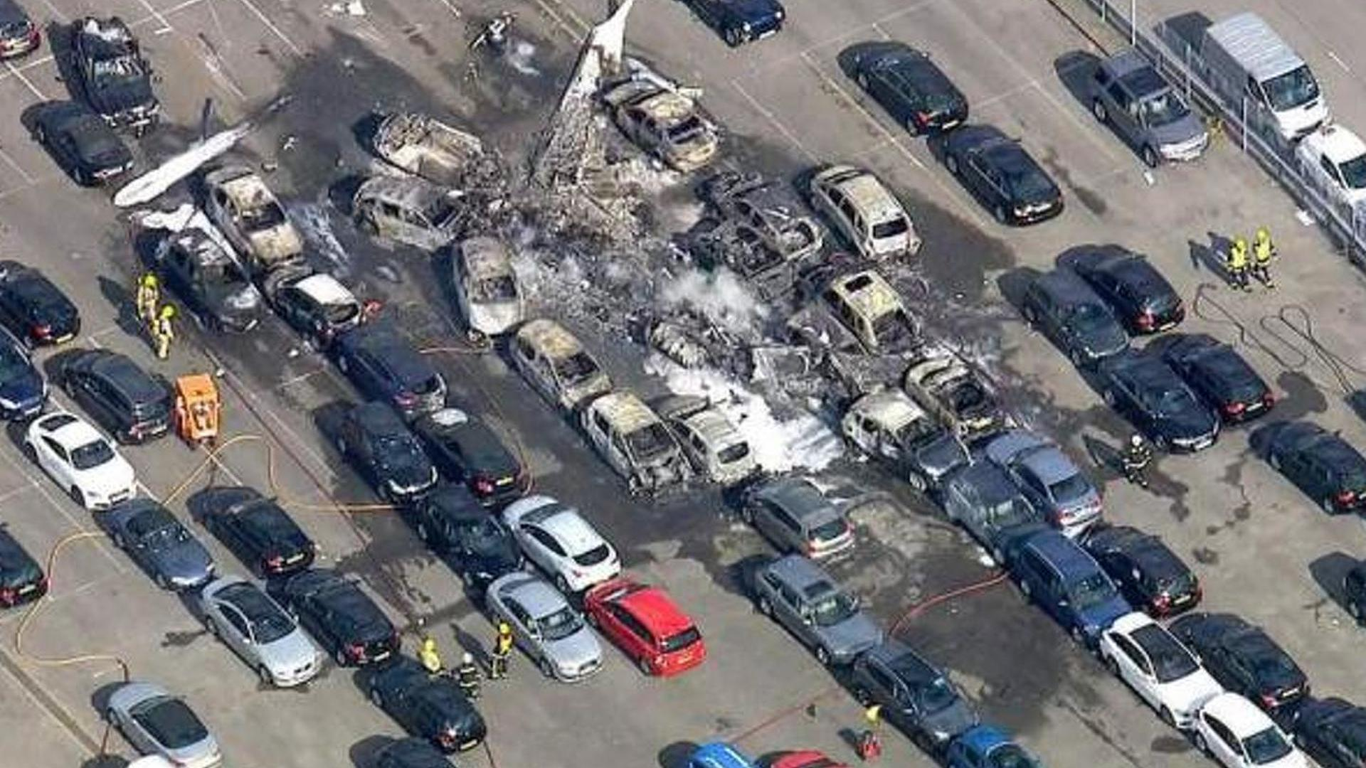 Light plane owned by Bin Laden family crashes into car auction in the UK [videos]