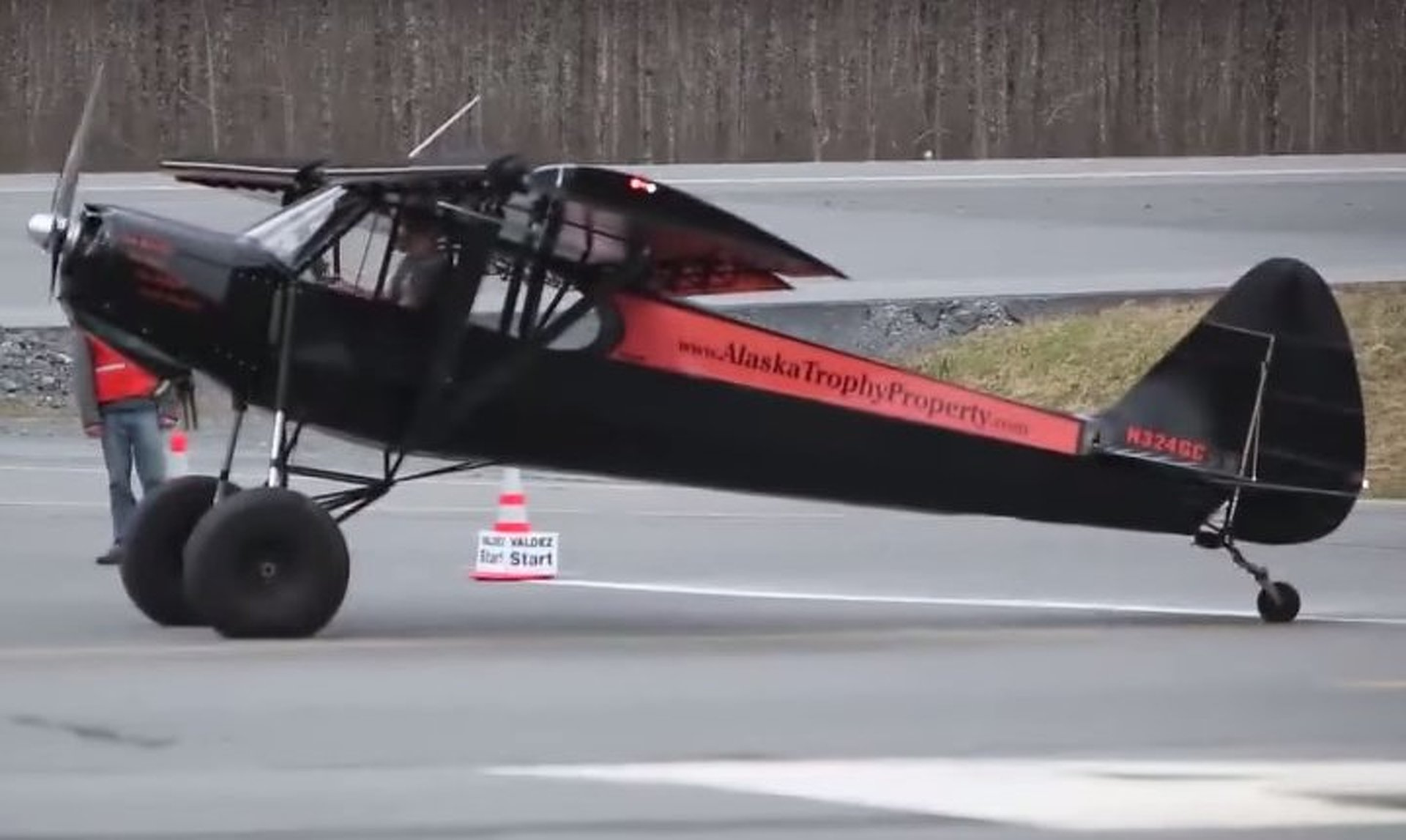 Watch This Airplane Take-Off and Land in Just 25 Feet!