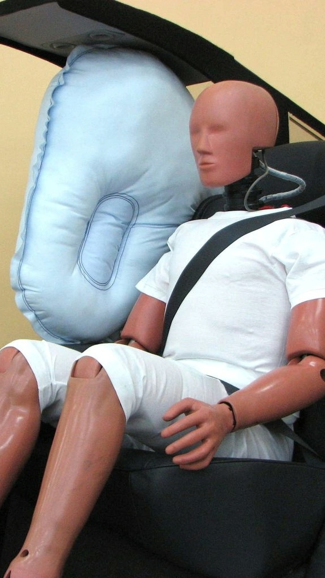 Toyota Develops World's First Rear-seat Center Airbag