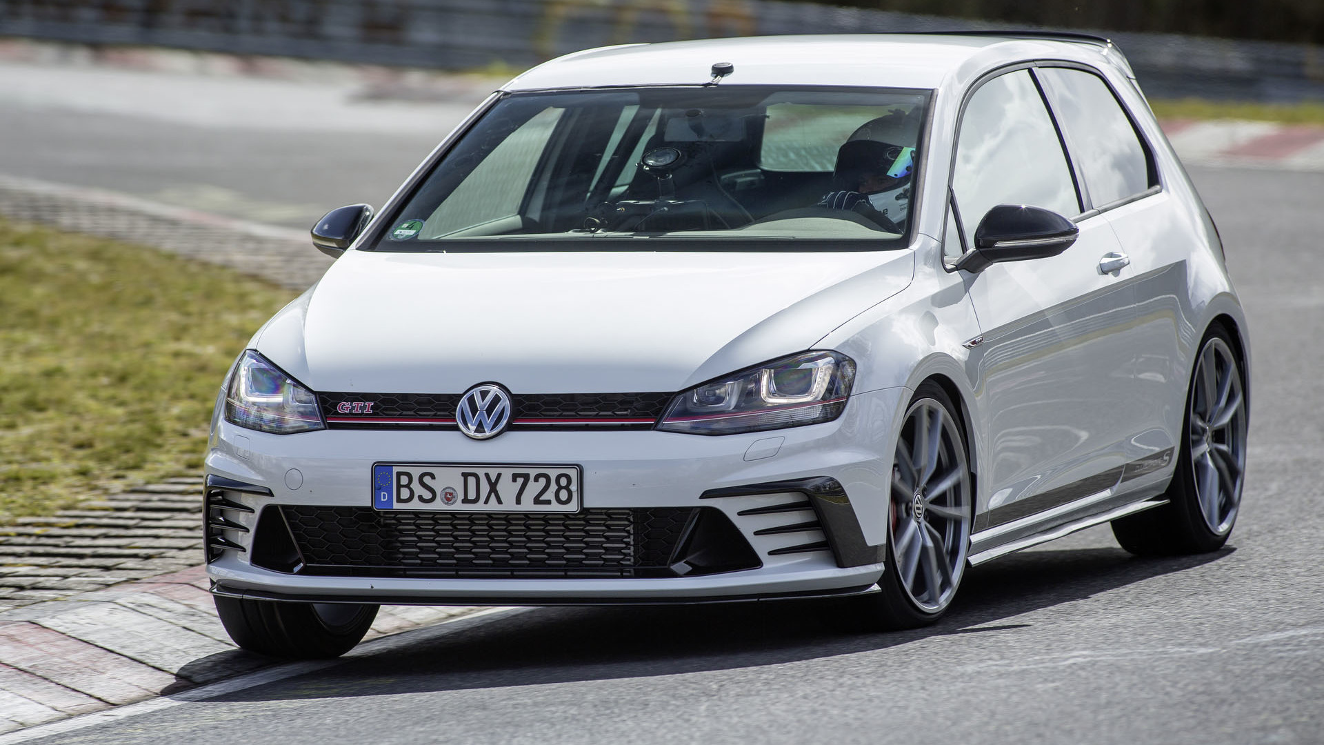 VW Golf GTI Clubsport S Unveiled As The Fastest Front Wheel Drive Car To  Lap The Nürburgring