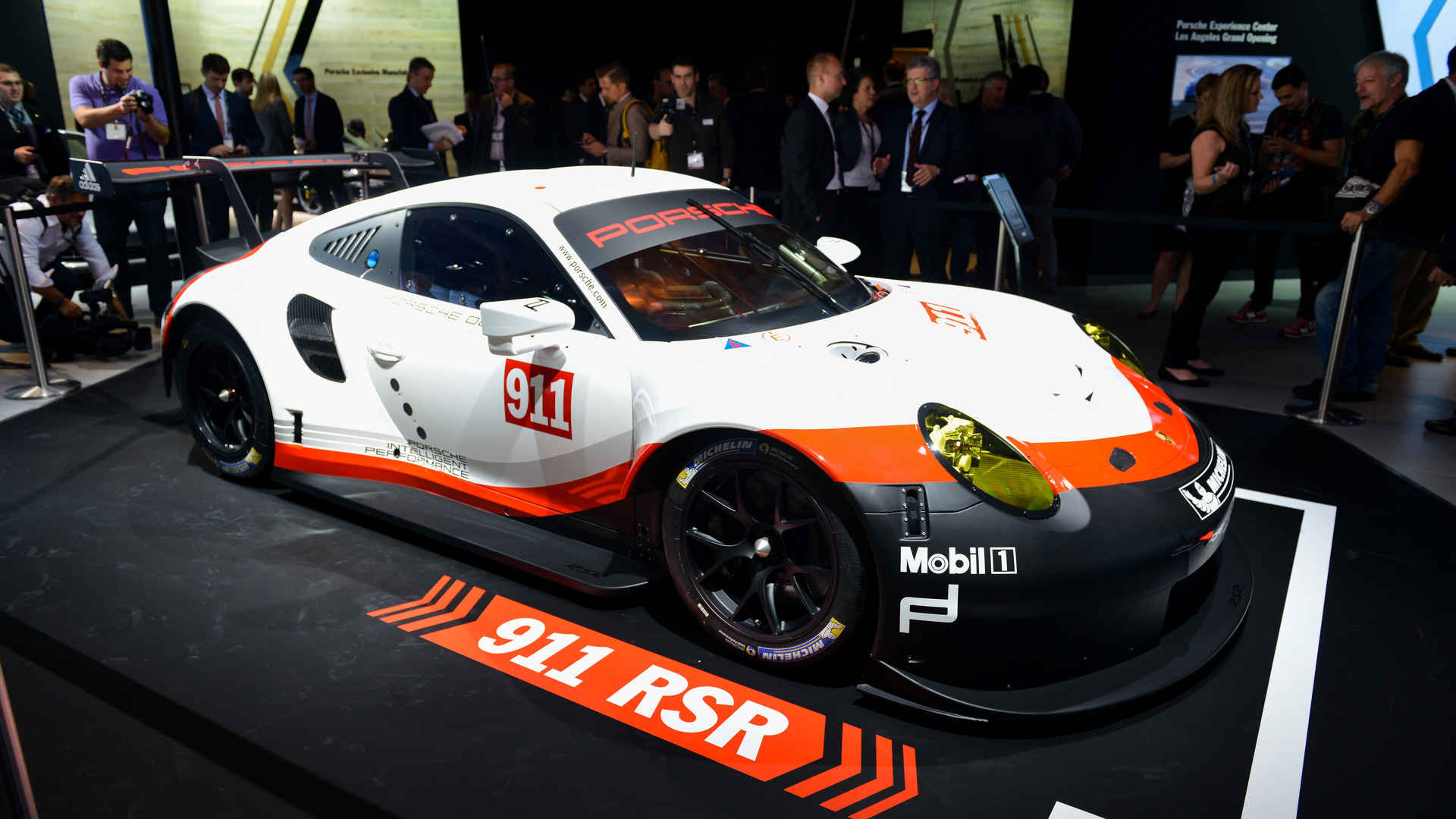 2017 porsche 911 rsr le mans racer goes mid engine for Garage automobile le mans