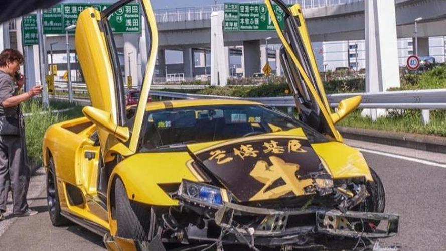 Lamborghini Diablo driver shows off his car, hits the guardrail [video]