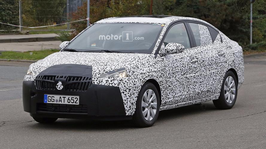 Opel Corsa Sedan kameraya poz veriyor