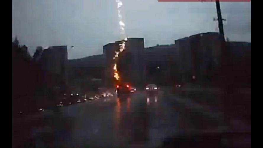 VÍDEO: Carro é atingido por raio na Rússia