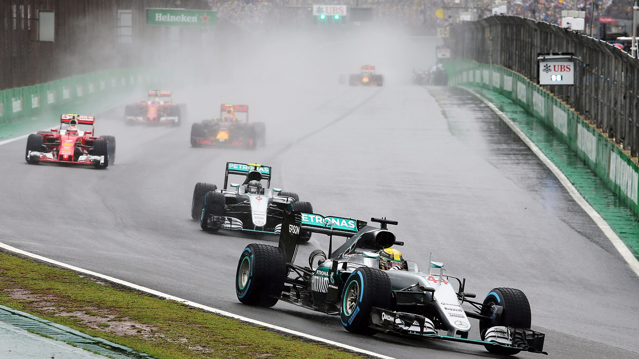 Lewis Hamilton com seu Mercedes AMG F1 W07 Hybrid