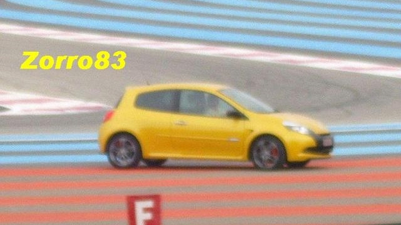 Renault Clio RS facelift spy photos on race track