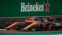 Stoffel Vandoorne, McLaren MCL32, y Jolyon Palmer, Renault Sport F1 Team RS17