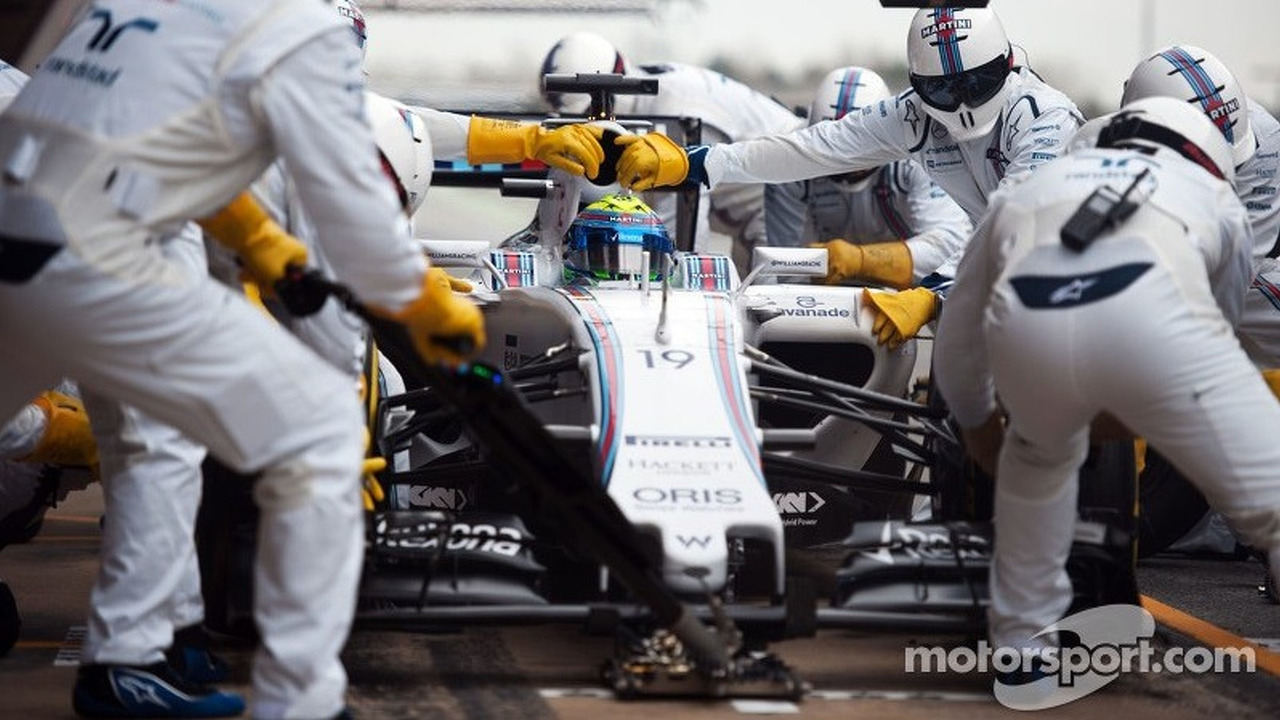 Felipe Massa, Williams FW37 practices a pit stop