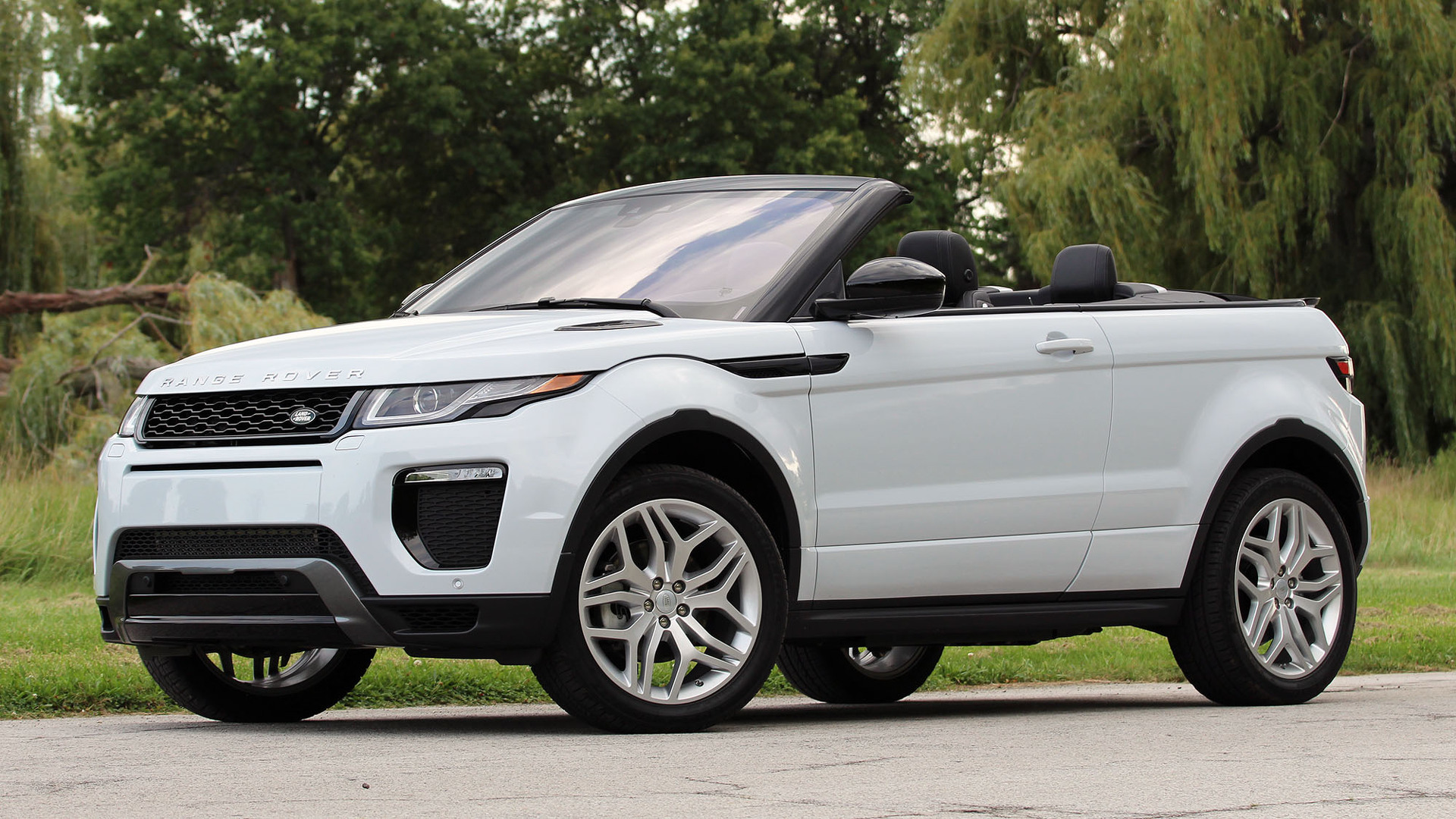 Range Rover Evoque Goes Against The Mother Of All Sd Bumps