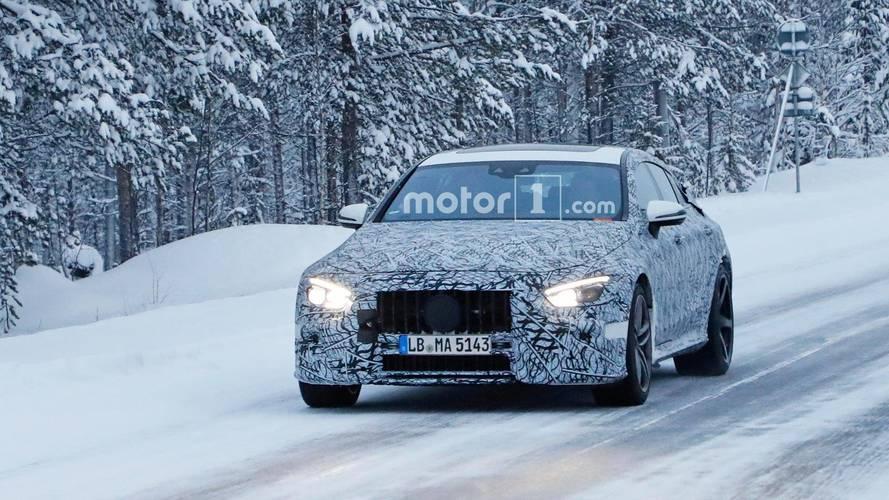 Mercedes-AMG GT berline sur la neige