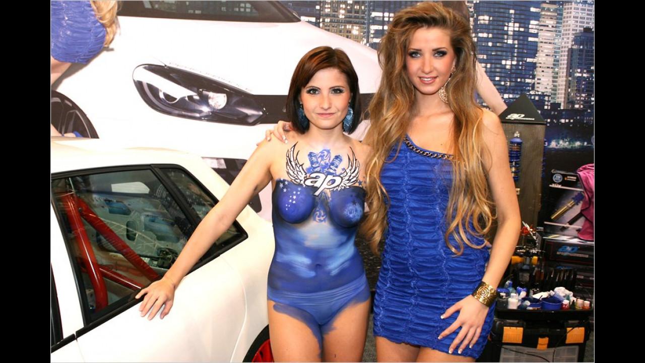 Raten Sie mal: Welche der beiden Damen hat ein echtes Kleid an?