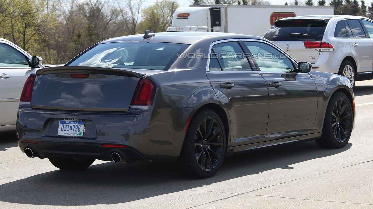 2016 Chrysler 300 SRT spy photo