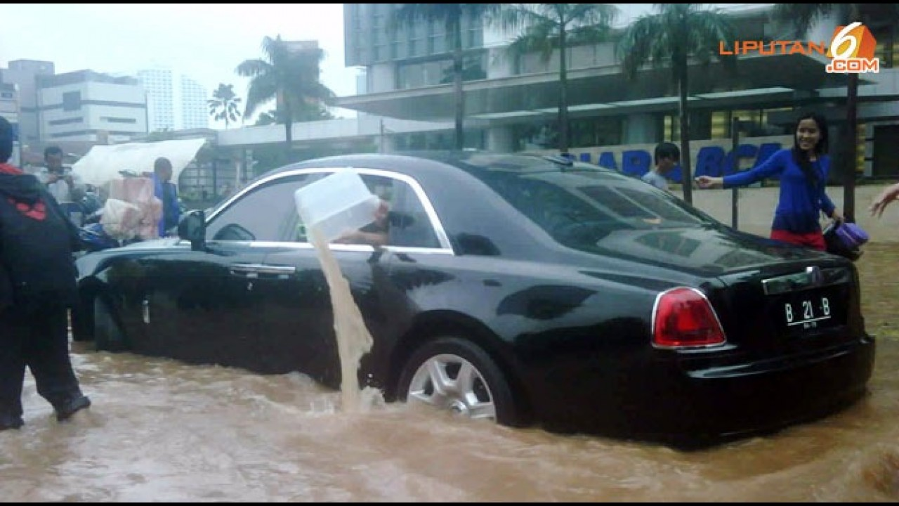 Luxo na lama: Rolls-Royce Ghost fica preso ao tentar atravessar enchente na Indonésia