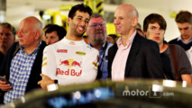 Daniel Ricciardo talks with Adrian Newey