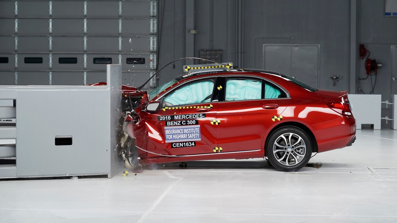 2016 Mercedes-Benz C-Class IIHS crash test