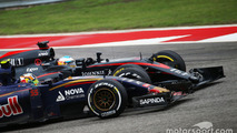 Carlos Sainz Jr., Scuderia Toro Rosso STR10 and Fernando Alonso, McLaren MP4-30 battle for position