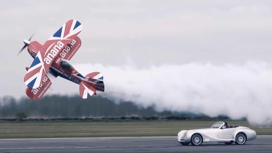 VIDÉO - La Morgan Aero 8 danse avec un biplan