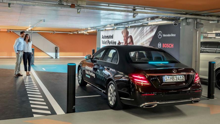 A Daimler megmutatta, milyen, ha az autó magától parkol