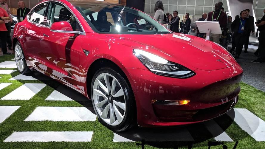 Tesla Model 3 Los Angeles'a gelerek sürpriz yaptı