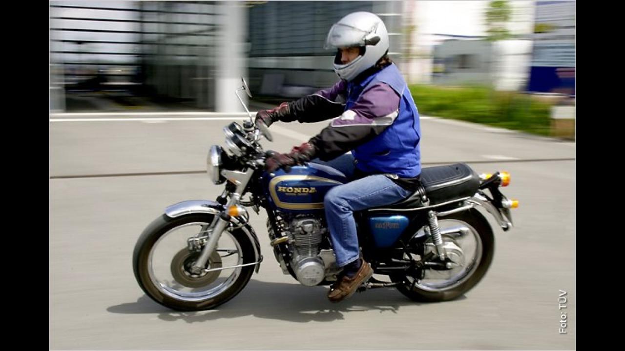 Vor der Probefahrt mit dem Motorrad bemerkt der Prüfer den zu geringen Reifenluftdruck. Er misst nach und sagt dem Besitzer, dass nur 0,3 bar Druck auf dem Reifen sind. Kunde: ,Ich dacht schon: Mein Gott, sind die Straßen schlecht!