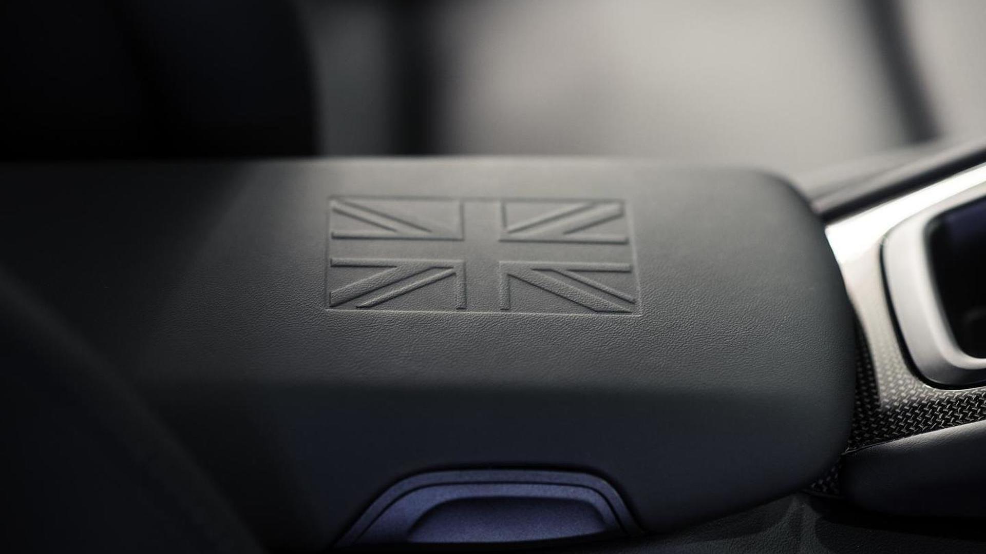 Тиснение флага Великобритании на кожаном подлокотнике