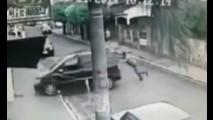 Vídeo: motorista de Zafira é atropelado pelo próprio carro em São Paulo
