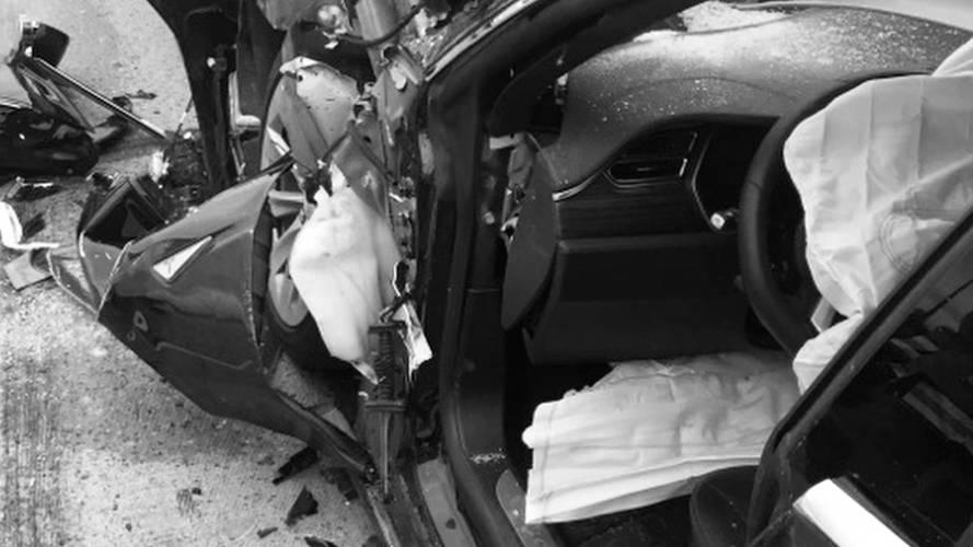 Incidente Tesla con Autopilot attivo, il guidatore distratto dallo smartphone
