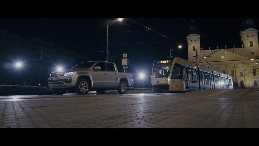 Debrecenben vontatott villamost a Volkswagen Amarok