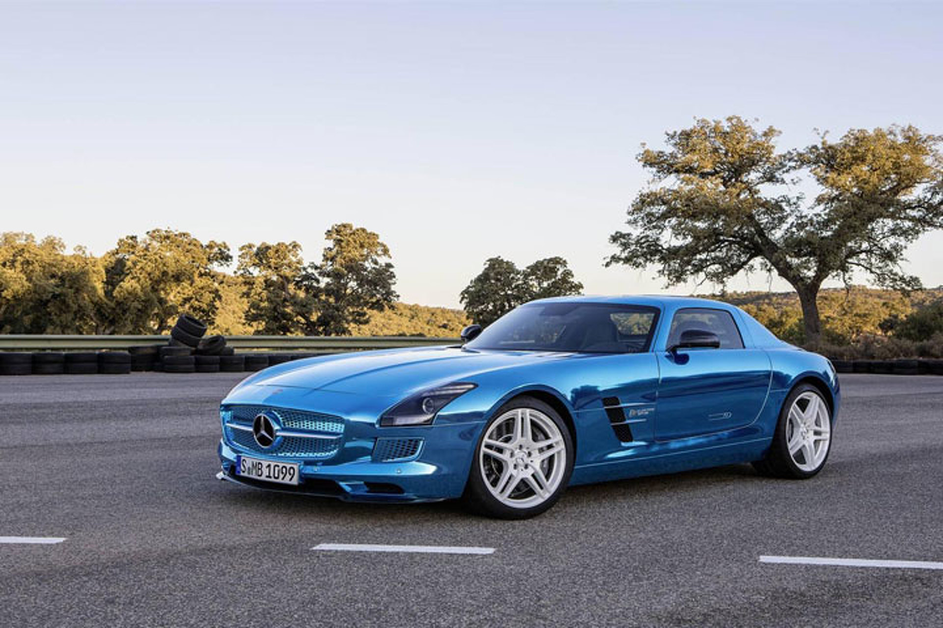 Mercedes Will Borrow F1 Center to Develop Road Cars