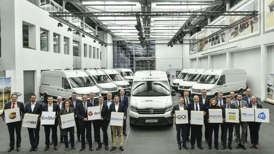 Volkswagen ilk elektrikli minibüslerini teslim etti