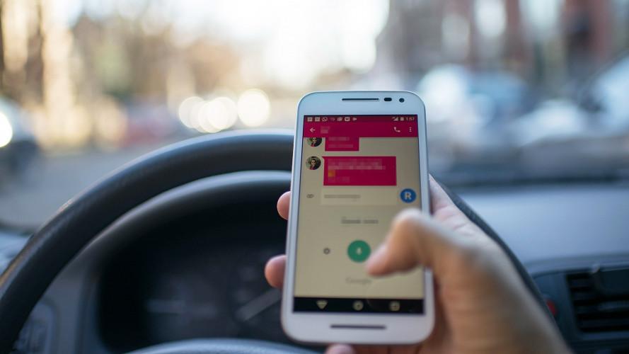 Smartphone alla guida, maxi sospensione patente con la Legge di Bilancio 2018