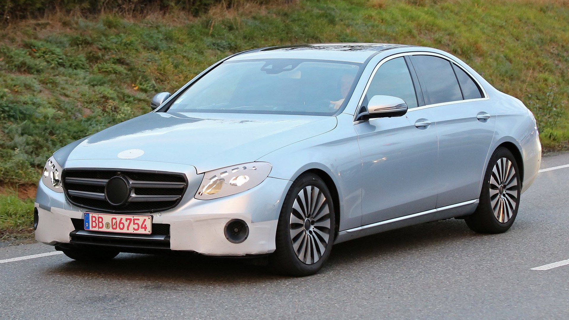 2016 mercedes benz e class sedan spotted in traffic with for 2016 mercedes benz e class sedan