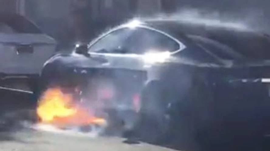 Tesla Model S, a fuoco l'auto del marito dell'attrice Mary McCormack
