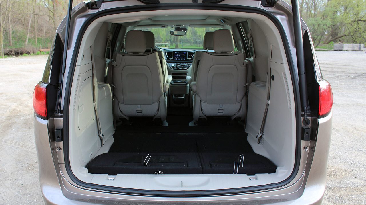 2017 chrysler pacifica hybrid review the no fuss gas saver. Black Bedroom Furniture Sets. Home Design Ideas