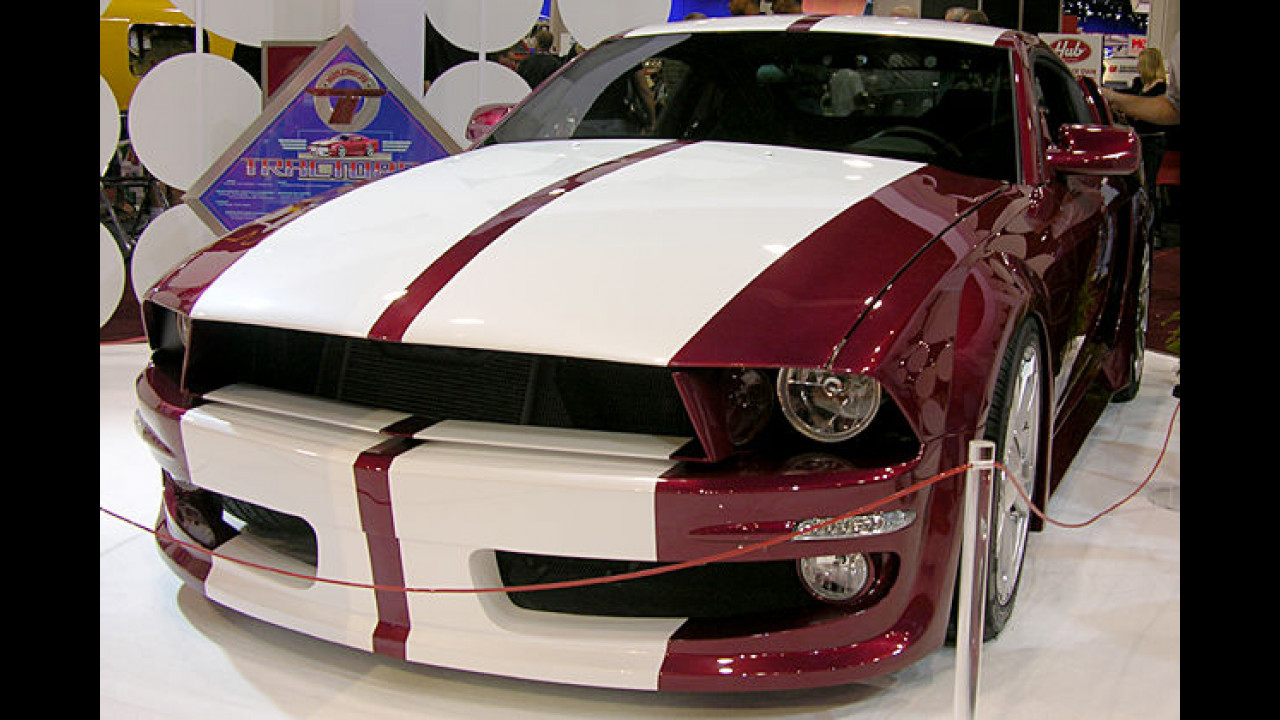 Zum Frühstück verschlingt dieser Ford Mustang ein paar Kleinwagen in seinem Schlund