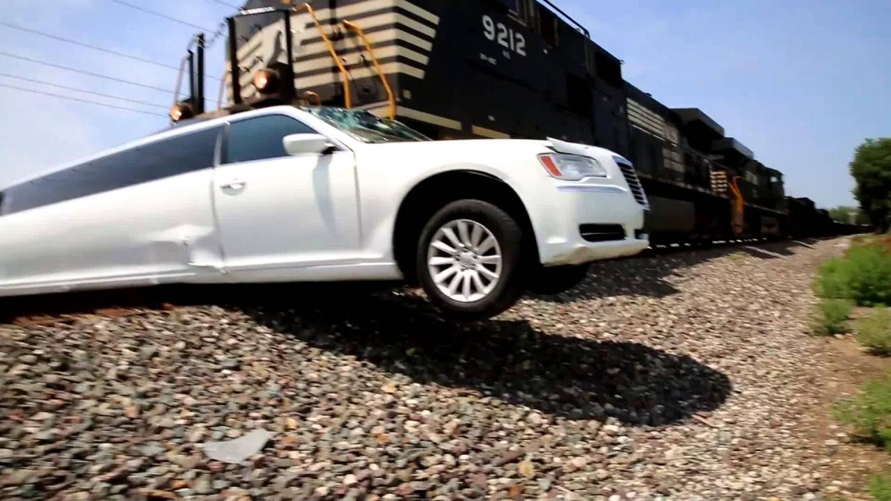 Tren limuzine çarptı