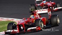 Felipe Massa, Ferrari F138 takım arkadaşı Fernando Alonso'nun, Ferrari F138 önünde