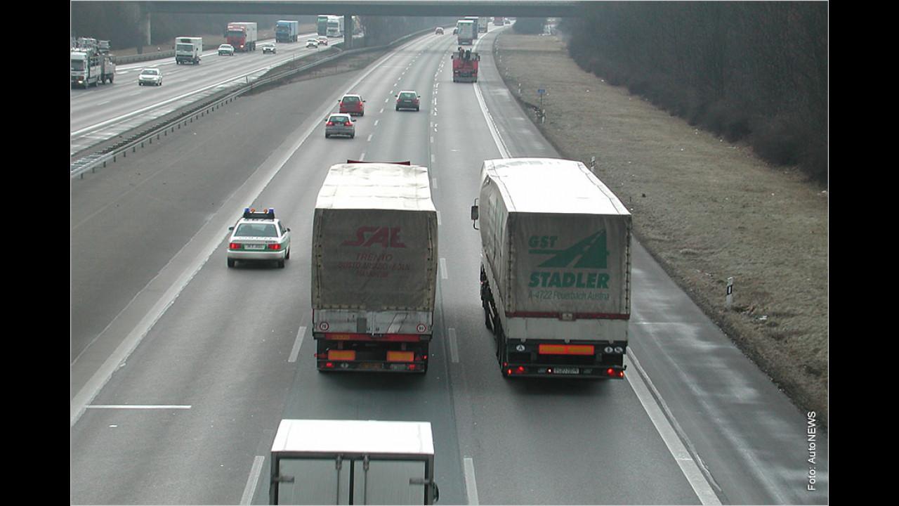 Elefantenrennen auf der Autobahn
