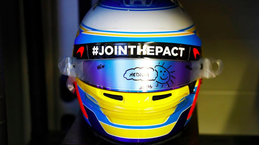Alonso homenajea a Gonzalo Basurto en su casco: