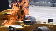 The burning car of Kevin Magnussen, Renault Sport F1 Team RS16 (1)