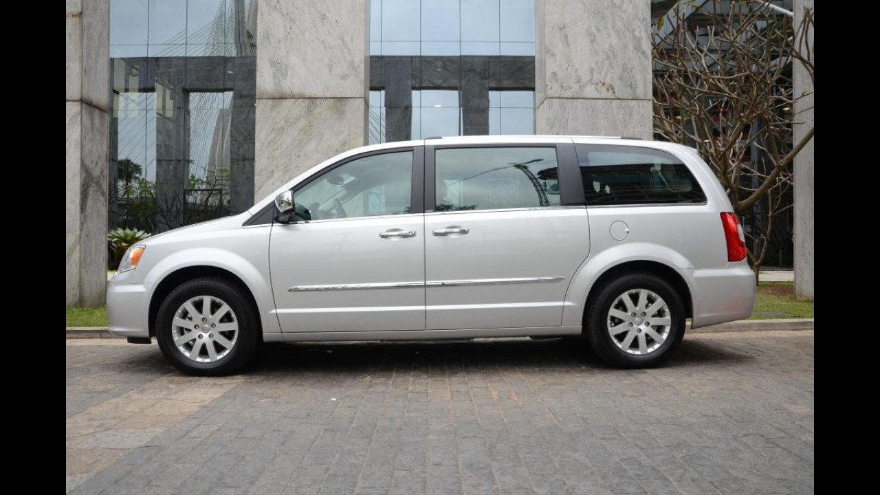 Chrysler lan a town country 2012 com retoque visual e for Town country motors