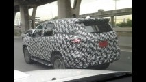 Flagra: nova geração da Toyota Hilux SW4 é vista em testes finais na Ásia