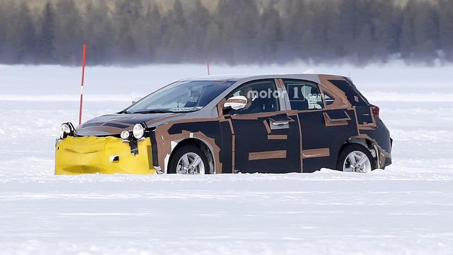 Yeni Toyota Auris oldukça garip bir kamuflajla görüntülendi